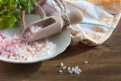 romanian superstitions salt on table